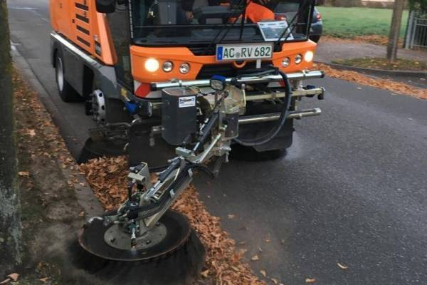 Laubzeit mit RAVO Kompaktkehrmaschine