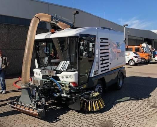 RAVO Maxi Compact straatveegmachine met oliespoorverwijderaar