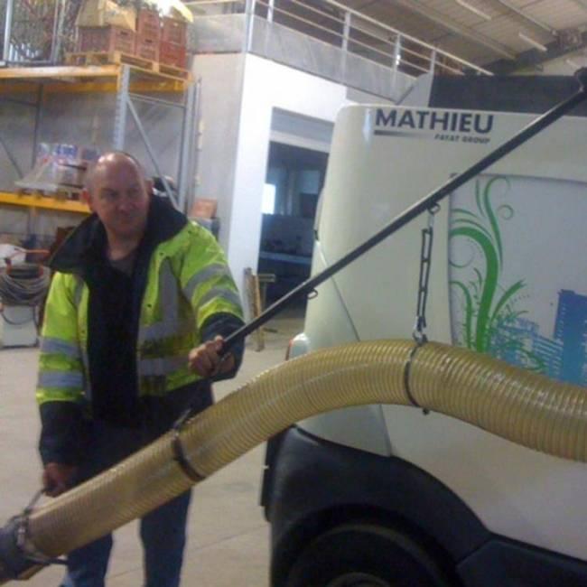 Mathieu mit Laubsaugschlauch am Heck